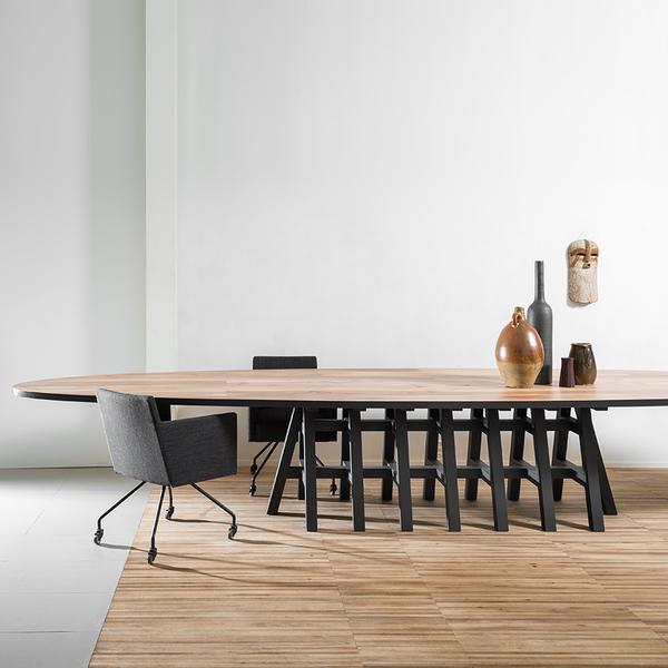 Pilat en Pilat Pakesytse tafel ovaal zwarte poot hout groot